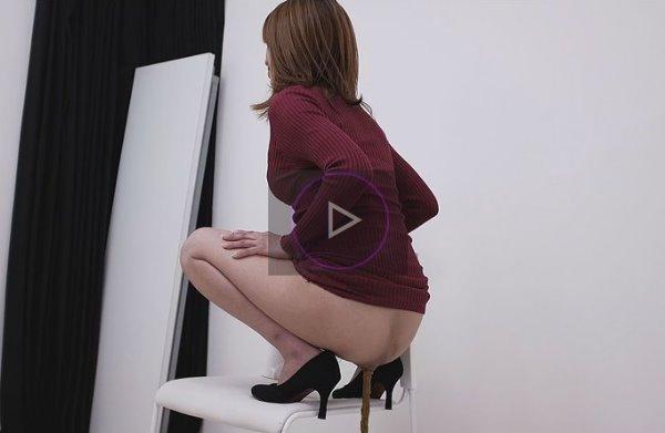 可愛い女の子が椅子に跨ってうんこを脱糞する動画 良い自然便の世界Ⅱ