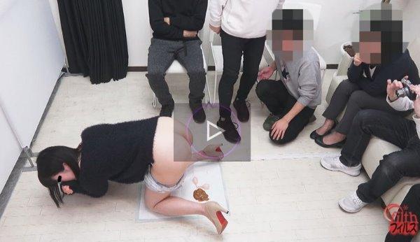 女の子が人に見られながらうんこする動画 とにかく大勢に見られてる浣腸排泄!ホットパンツに下痢便が染み行く様2