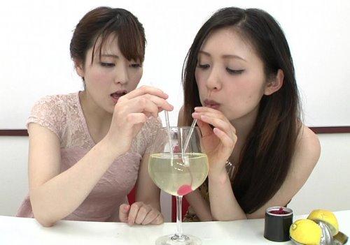 素人美少女2人がお互いのおしっこをミックスして飲尿する動画
