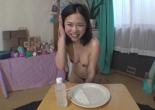 素人の女の子が自分のウンコでウンコカレーを食べる食糞動画 自画撮り食糞うんこカレー!