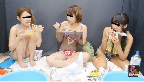 水着姿で女の子たちがいっぱい食べてゲロを吐く動画 水着で限界飲食 まんぷくゲロ