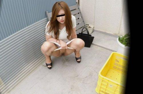 美少女が路地裏でおしっこする姿を盗撮した動画 3カメ盗撮 路地裏WIDE野ション3